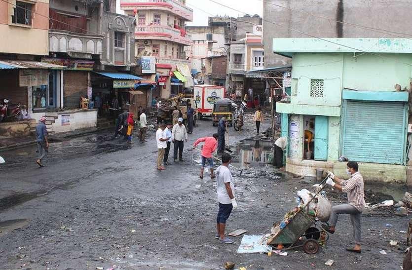 मीठीखाड़ी की बस्तियों में पटरी पर लौट रही जिंदगी