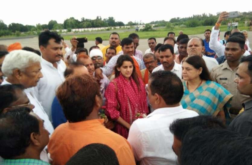 आखिर मेनका गांधी बीजेपी कार्यकर्ताओं से क्यों गुल्लक में ले रही हैं पैसे? खुला बड़ा राज