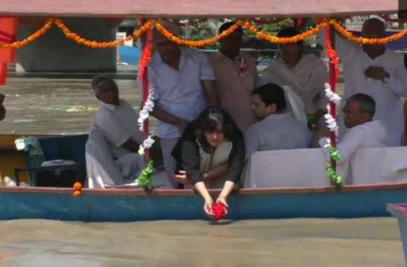 Sushma Swaraj की अस्थियों को गंगा में विसर्जित करते हुए फूट-फूटकर रोने लगी बांसुरी, देखें Video-