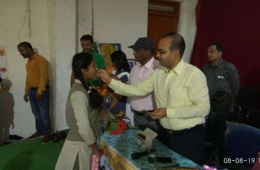 कलेक्टर ने बच्चों के सामने खाया एल्वेंडाजॉल की खुराक, फिर बच्चों को खिला नेशनल डिवार्मिंग डे अभियान की शुरूआत