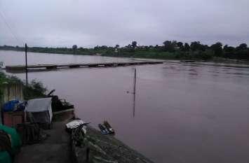 बरगी बांध के गेट खुलने से नर्मदा में बढ़ा पानी, घाट डूबे, प्रशासन ने कराई मुनादी