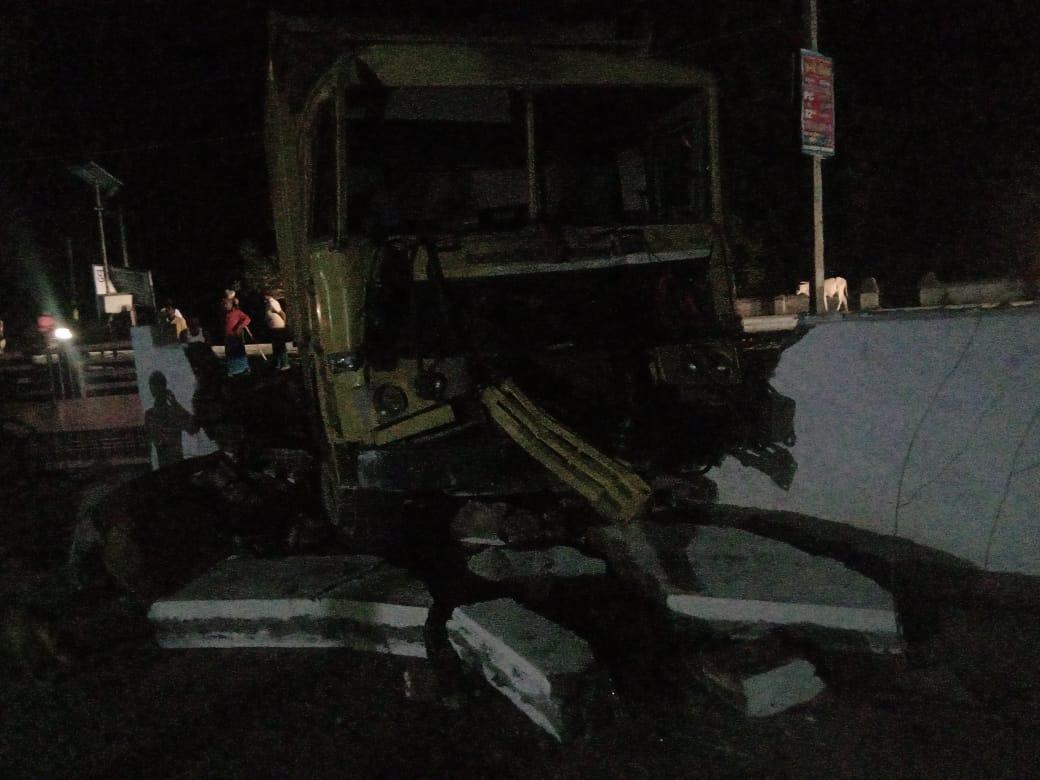 तेज दौड़ रहे डंपर ने बाउंड्री तोड़ थाने में घुसा, दूसरे ट्रक की टक्कर से दो की मौत