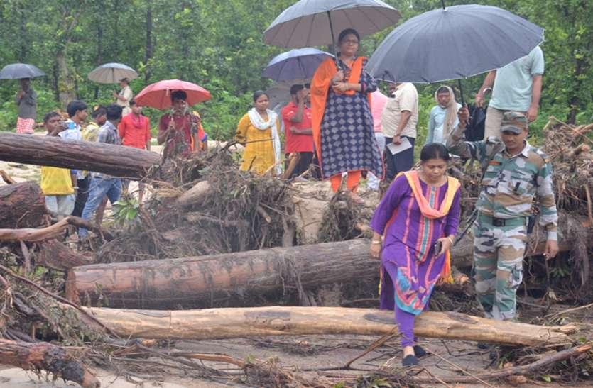 पिछले दो दिनों में हुई बारिश से जिले का मुख्य कोसम नाला पूरे उफान पर है। नाले पर निर्मित दो-तीन पुल-पुलिया के ऊपर से पानी बहने के कारण ग्रामी