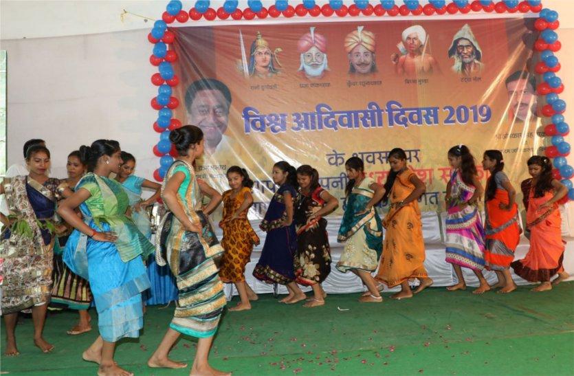 छात्राओं के आदिवासी नृत्य ने मोहा सबका मन