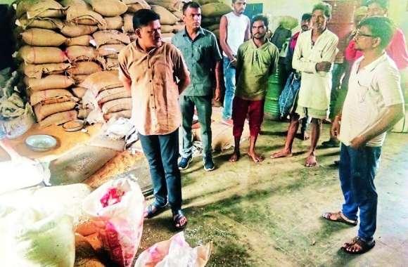 राशन दुकान में अनाज और शक्कर गीले मिलने पर विधायक ने जताई नाराजगी