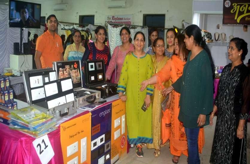 Photo Gallery: हम-तुम में महिलाएं कर रहीं जमकर खरीदारी
