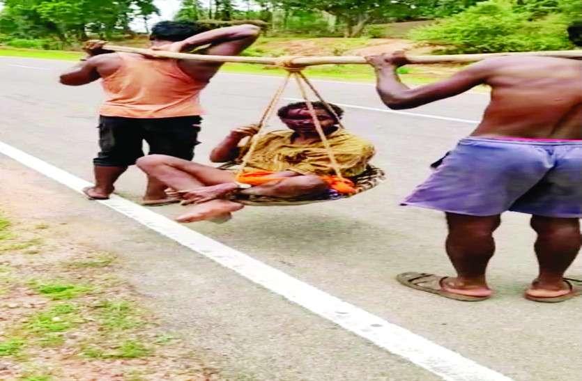 World tribal day: इस गांव में आज भी खटिया ही है आदिवासियों का एंबुलेंस