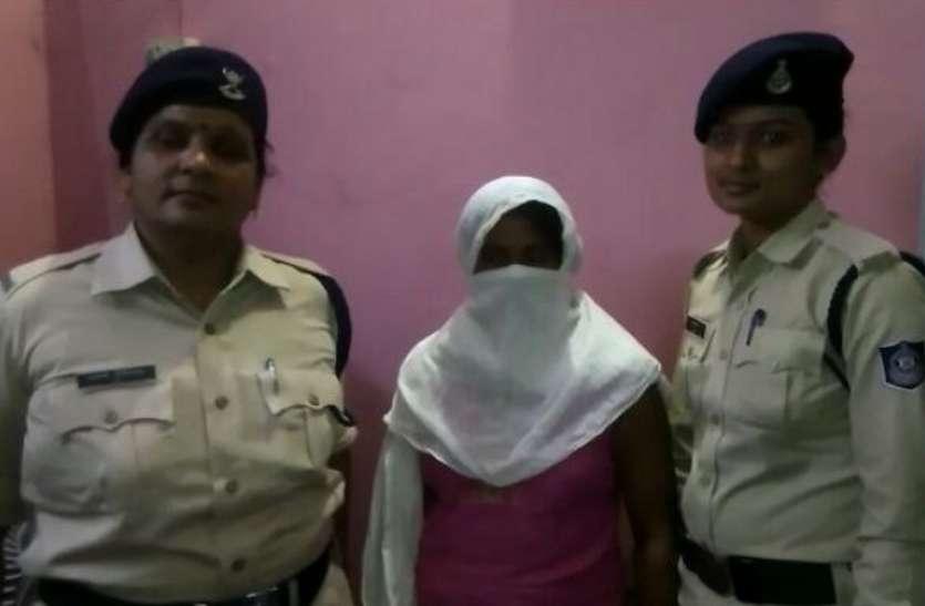 पालीथिन में ब्लेड मारकर निकाला पर्स, महिला गिरफ्तार