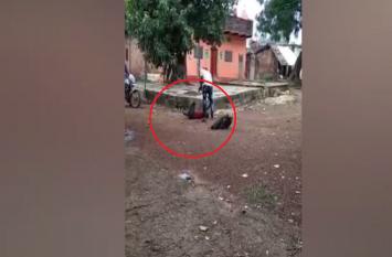 सरेआम युवक की लाठी-डंडे से बेरहमी से पिटाई, सोशल मीडिया पर वीडियो वायरल