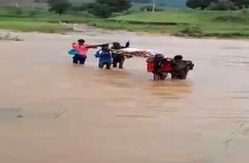 जान जोखिम में डालकर किस तरह लोग पार करते है उफनती नदी?