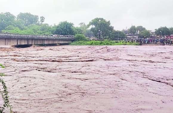 नदी-नालों का जलस्तर बढऩे से सडक़ों पर बहा पानी