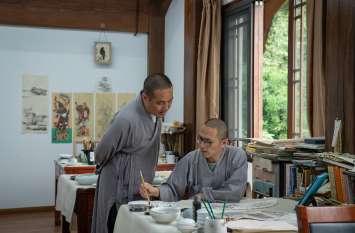 चीन के इस मंदिर में संस्कृत और ध्यान सीख रहे चीनी कर्मचारी