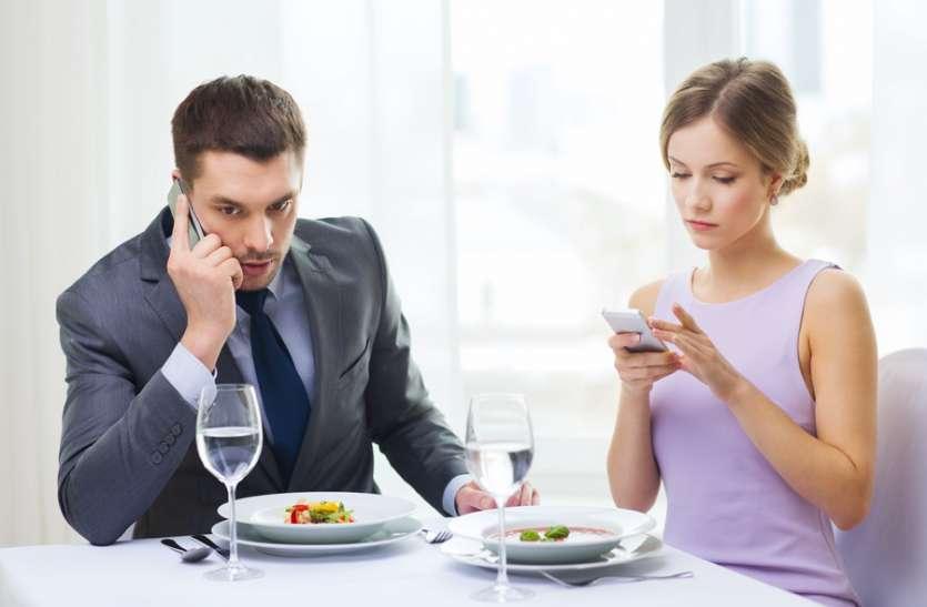 डिजिटल युग में रिश्तों का बंटवारा कर रहा मोबाइल