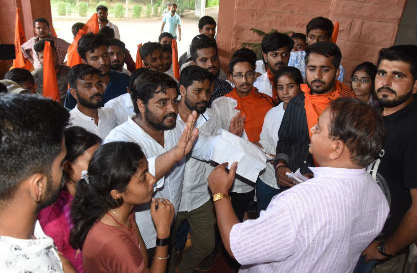 छात्रसंघ अध्यक्ष के कार्यालय खाली नहीं करने पर एबीवीपी कार्यकर्ताओं ने किया प्रदर्शन