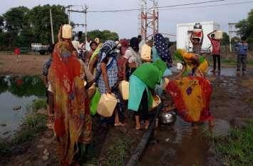 पानी के लिए परेशान ग्रामीण