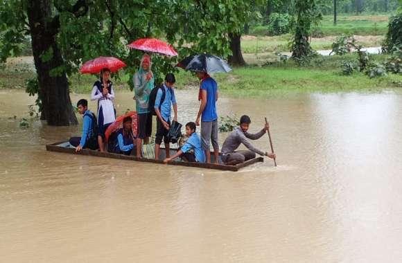 बारिश में डूबे कांकेर के कई इलाके, जान की बाज़ी लगाकर स्कूल जाने पर बच्चे मजबूर