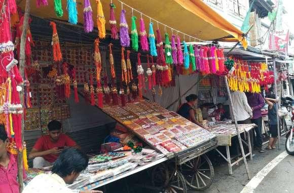 राखी पर सजे बाजार, जगह-जगह लगी दुकानें