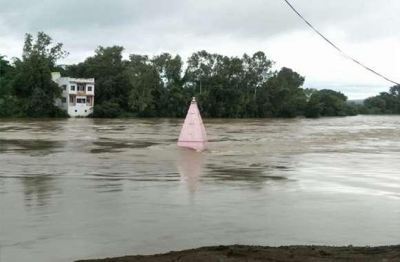 heavy rain : बेतवा नदी दूसरे दिन भी उफान पर, पुल पर दस फीट भरा पानी, सड़क भी बंद