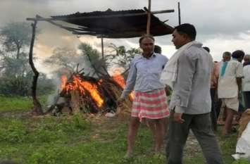 किशनपुरा पंचायत के चोथ्या गांव में  बरसाती डाल ले जाते हैं अंतिम सफर पर , श्मशान घाट जैसी सुविधाएं नहीं
