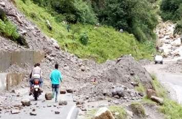 बारिश बनी बैरन, गांवों में फंसे हजारों लोग