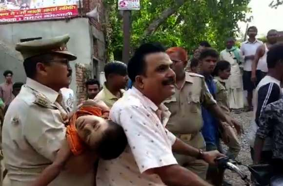 बाप की गोद से बच्चा छीनकर भागा पुलिस इंस्पेक्टर