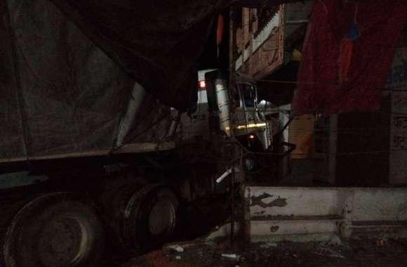 टे्रलर चालक ने सडक़ किनारे खड़ी दो बसों को लिया चपेट में, एक बस 25 फीट दूर जाकर घर में घुसी