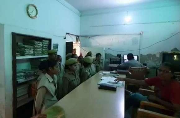 UP Police की सिपाही Mobile पर व्यस्त थी, किशोरी थाने से फुर्र हो गई