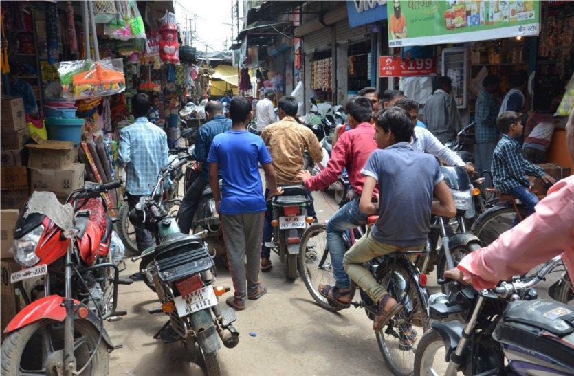 त्योहारों पर भी नहीं हटाया जा रहा बाजारों में फैला अस्थाई अतिक्रमण, लोगों को दुकानों तक पहुंचने में हो रही परेशानी