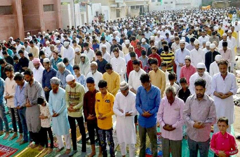 Eid-al-Adha 2019 : हर्षोल्लास के साथ मनाई जा रही है बकरीद, लोग एक-दूसरे को गले मिलकर दे रहे मुबारकबाद