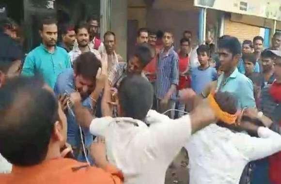 VIDEO: जब महिला के शक पर भीड़ ने की दो युवकों की पिटाई