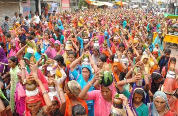 सिर पर कलश लेकर शहर पहुंची सैकड़ों महिलाएं