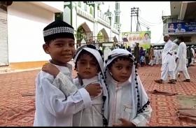 रायबरेली में ईद-उल-अजहा (बकरीद)पर्व पर बुजुर्गो औऱ छोटे बड़े बच्चो ने अदा की नमाज़