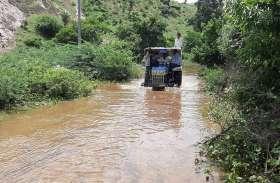 इंजीनियरों ने नहीं खोले गेट, इस गांव में घुसा पानी