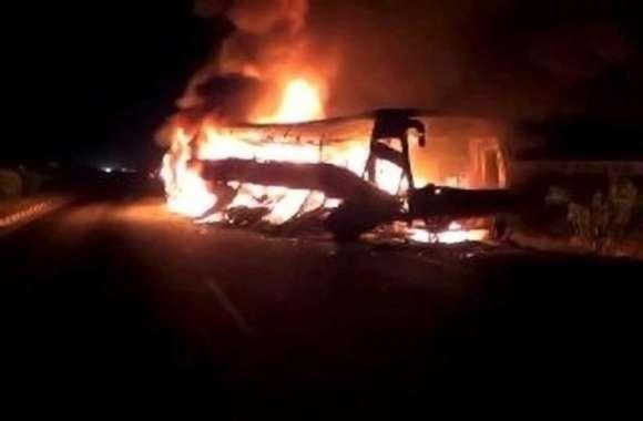 जानिए क्यों यात्रियों  को नीचे उतार बस को लगाई गई आग