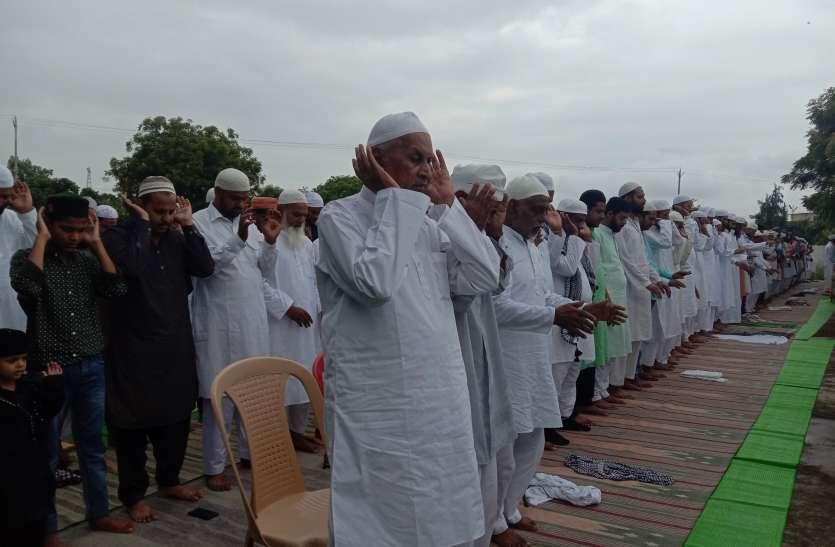ईदगाहों पर बंदे ने सिर नवा किए सजदे, गले मिलकर दी ईद-उल-जुहा की बधाई