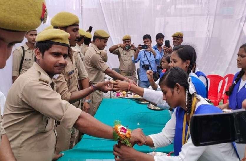 छात्राओं ने पुलिसकर्मियों को राखी बांंधकर खिलाई मिठाई, जानिये पुलिसवालों ने क्या दिया गिफ्ट