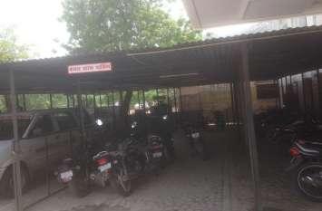 अस्पताल में पुलिस चौकी के ठीक सामने पेट्रोल चुरा रहे चोर