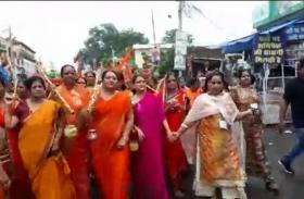 कांवड़ यात्रा वीडियो: महिलाओं की कांवड़ यात्रा में पुलिस का सख्त पहरा, बम भोले के जयकारों से गूंजी गलियां