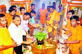 sawan somwar 2019 सवा सौ क्विंटल दूध और कांवड़ में लाए पवित्र जल से किया शिव का आभिषेक