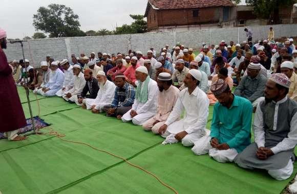मुस्लिमों ने किया सजदा, मांगी अमन चैन की दुआ