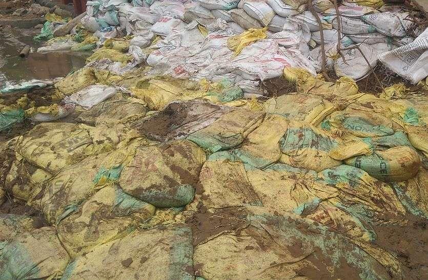 गड्ढ़े भरने में खप गए 1.85 लाख मिट्टी के कट्टे