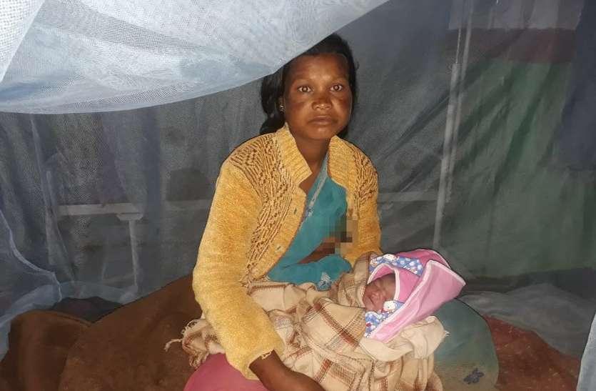 Video: आखिर कब दूर होगी दिक्कत? महतारी तक पहुंचने से पहले नदी किनारे गूंजी किलकारी, झेलगी में महिला ने दिया बच्चे को जन्म
