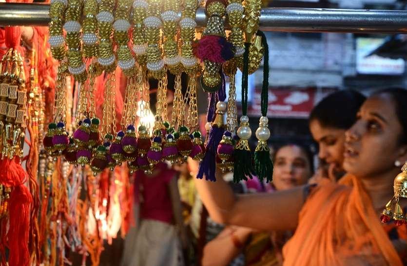 राखी की दुकानों पर जुटने लगी महिलाओं की भीड़