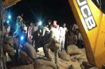 Accident in Budaun पांच कांवड़ियों समेत सात की मौत के बाद ट्रक में आगजनी का प्रयास, देखें तस्वीरें