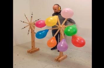खतरनाक तरीके से गुब्बारें को फोड़ते हुए इस शख्स का वीडियो वायरल,देखते ही दांतों तले दबा लेंगे उंगली