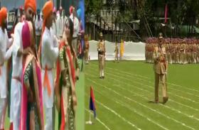 Watch Video: जश्न-ए-आजादी के लिए तैयार शेर-ए-कश्मीर, खुशी से झूमते नजर आए लोग, पुलिस कर रही परेड