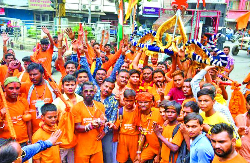 कांवड़-यात्रा में जबलपुर व झांसी के कलाकारों ने किया शिव नृत्य