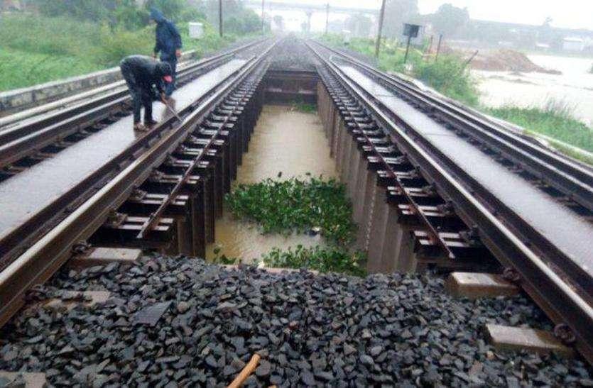 Railway यातायात बाधित होने से  10 करोड़ का नुकसान