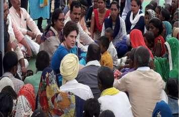 प्रियंका गांधी सोनभद्र के उभ्भा गांव पहुंची, नरसंहार में मारे गये लोगों के परिजनों से कर रहीं मुलाकात