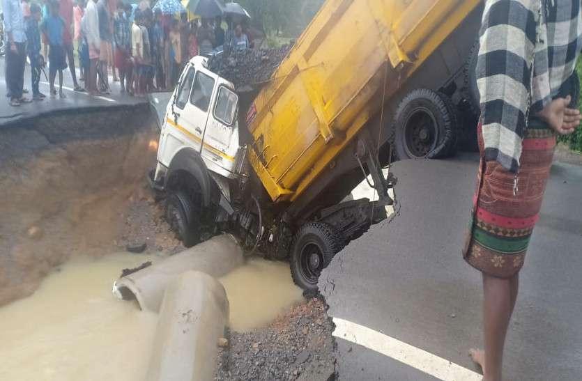 टूटी पुलिया में घुसी ट्रक, केबिन के नीचे दबकर चालक की मौत